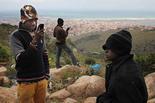 Melilla, el mur d'Europa Divendres 14 de març /Immigrants intentant comunicar-se amb amics i familiars des del Gurugú.