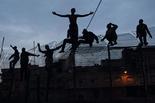 Melilla, el mur d'Europa Divendres 28 de març / Immigrants, enfilats dalt la tanca a trenc d'alba.