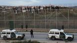 Melilla, el mur d'Europa Divendres 28 de març / Agents de la Guardia Civil, esperant que els immigrants baixin de la tanca.