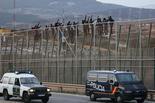 Melilla, el mur d'Europa Divendres 28 de març / Un grup d'immigrants dalt la tanca del costat marroquí.