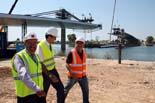 Instal·lació del pont que uneix Deltebre i Sant Jaume d'Enveja
