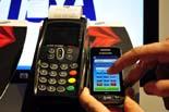 Mobile World Congress  Moment del procés d'efectuar un pagament mitjançant el sistema que presenta Visa al Mobile World Congress
