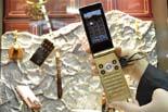 Mobile World Congress  L'empresa japonesa Docomo presenta una gamma de mòbils que poden anar a sota aigua i permetren's, per exemple, enviar un SMS quan ens estem dutxant