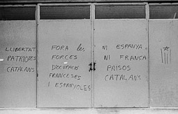 Ocupació de la duana del Portús contra l'extradició de Viusà, 1979 Inscripcions contra el bloqueig a les parets de les duanes.