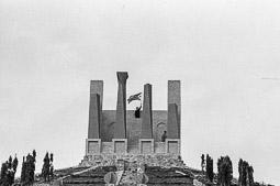 Ocupació de la duana del Portús contra l'extradició de Viusà, 1979 Amb les estelades, dalt del monument de la Porta Catalana. al costat de l'autopista A-17.