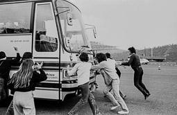 Ocupació de la duana del Portús contra l'extradició de Viusà, 1979 Un autocar alemany envesteix els independentistes que intentaven tallar el trànsit.