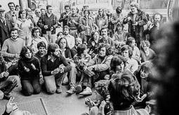 Ocupació de la duana del Portús contra l'extradició de Viusà, 1979 Asseguda davant de l'entrada de les oficines de la duana.