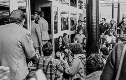 Ocupació de la duana del Portús contra l'extradició de Viusà, 1979 La comissió de representants dialoga amb la gendarmeria a l'interior de la duana.