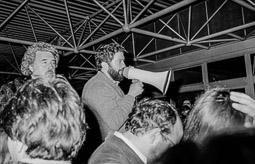 Ocupació de la duana del Portús contra l'extradició de Viusà, 1979 Josep de Calasanç Serra, el Cala, amb el megàfon, en una assemblea nocturna a la duana.