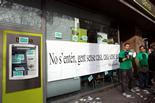 Les PAH d'arreu de Catalunya ocupen seus de Bankia Els membres de la PAH han posat una pancarta amb el lema 'No s'entén, gent sense i casa sense gent' a la façana de la seu de Bankia a la plaça de la Corona de Granollers. Foto: Maria Belmez