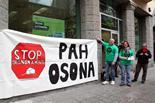 Les PAH d'arreu de Catalunya ocupen seus de Bankia Els membres de la PAH de Vic han ocupat aquest matí l'oficina de Bankia a Vic. Mentre alguns dels seus companys eren dins, d'altres han restat a fora aguantant la pancarta i repartint fulls informatius en què s'exposava la seva reivindicació. Foto: Laura Busquets
