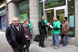 Les PAH d'arreu de Catalunya ocupen seus de Bankia Membres de la PAH de Vic reparteixen fulls informatius amb les seves reivindicacions. Foto: Laura Busquets