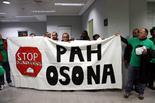 Les PAH d'arreu de Catalunya ocupen seus de Bankia Una vintena de persones han ocupat aquest matí l'oficina de Bankia a Vic. A la foto es pot veure alguns dels membres de la PAH aguantant la pancarta que han desplegat dins la seu bancària. Foto: Laura Busquets