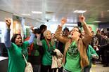 Les PAH d'arreu de Catalunya ocupen seus de Bankia Tres activistes de la PAH, eufòriques després de l'ocupació de la sucursal ubicada a la plaça Imperial Tarraco, a Tarragona. Foto: Roger Segura