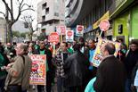 Les PAH d'arreu de Catalunya ocupen seus de Bankia Activistes de la PAH concentrats a les portes de l'oficina de Bankia a Tarragona. Foto: Roger Segura