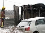Temporal de fred i neu a Catalunya 14.12.2009 13.49 - Un bomber observa el cotxe i camió accidentats per la neu a la L-311. Foto: Oriol Bosch/ACN