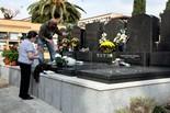 Diada de Tots Sants Mare i fill posen flors en el panteó familiar, aquesta diada de Tots Sants al Cementiri de Sant Andreu de Barcelona.