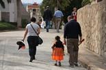 Diada de Tots Sants Una nena vestida de bruixa visita amb els seus pares el cementiri de Sant Andreu de Barcelona.