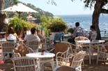 Un agost potent salva la temporada turística Uns turistes gaudeixen de les vistes des del seu hotel de Calella de Palafrugell. Foto: Tania Tàpia/ACN
