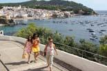 Un agost potent salva la temporada turística Unes joves passegen per Calella de Palafrugell. Foto: Tania Tàpia/ACN