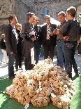 Fira del Trumfo i de la Tòfona 2011 Autoritats davant d'una parada de trumfos