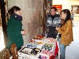 Fira del Trumfo i de la Tòfona 2011 Visitant una parada d'artesans del Solsonès