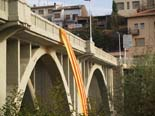 13D a Osona La senyera oneja al pont de Sant Quirze de Besora. Foto: Xevi Mas