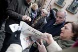 13D a Osona Joan Carretero llegint la crònica sobre les consultes a Le Monde, Vic. Foto: Adrià Costa