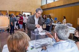 Municipals 2015: jornada electoral a Osona El conseller, Francesc Homs votant a Taradell. Foto: Josep M. Montaner