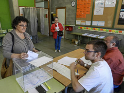 Municipals 2015: jornada electoral a Osona Anna Magem votant a lesescoles Joan XXIII dels Hostalets de Balenyà. Foto: Toni Carrasco