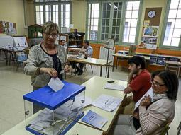 Municipals 2015: jornada electoral a Osona Maribel Matas votant a les escoles Velles de Centelles. Foto: Toni Carrasco