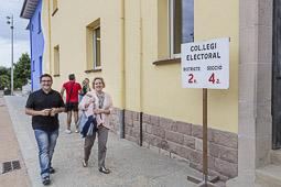 Municipals 2015: jornada electoral a Osona Rafa Cuenca i Dolors Collell al Col·legi Casals Gràcia de Manlleu. Foto: Adrià Costa