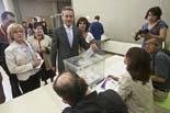 Municipals 2011: jornada electoral a Osona Josep Anglada dipositant el seu vot, aquest migdia al col·legi sant Miquel de Vic. Foto: Adrià Costa