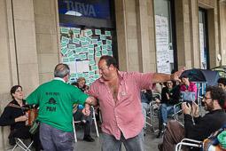 Acampada de la PAH Osona al BBVA de la plaça Fra Bernadí de Manlleu Dimarts,17 de juny. L'acordió de la Guida amenitza la tarda.