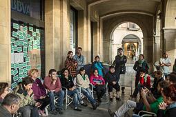 Acampada de la PAH Osona al BBVA de la plaça Fra Bernadí de Manlleu Dimarts,17 de juny. Els activistes, reunits en assemblea.