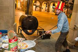 Acampada de la PAH Osona al BBVA de la plaça Fra Bernadí de Manlleu Dimarts,17 de juny. L'hora de sopar, avui toca pizza.
