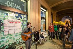 Acampada de la PAH Osona al BBVA de la plaça Fra Bernadí de Manlleu Dimarts,17 de juny. Concert de Guillem Roma a l'acampada de Manlleu.