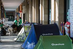 Acampada de la PAH Osona al BBVA de la plaça Fra Bernadí de Manlleu Dimecres,18 de juny. L'acampada davant de l'oficia del BBVA a la plaça Fra Bernadí.