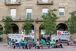 Acampada de la PAH Osona al BBVA de la plaça Fra Bernadí de Manlleu Dimecres,18 de juny. Assemblea de la PAH Osona a la plaça Fra Bernadí.