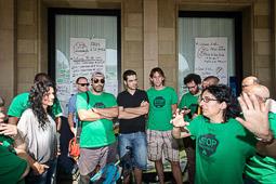 Acampada de la PAH Osona al BBVA de la plaça Fra Bernadí de Manlleu Dijous, 19 de juny. Els activistes debaten què fer davant l'arribada dels Mossos.