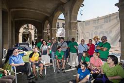 Acampada de la PAH Osona al BBVA de la plaça Fra Bernadí de Manlleu Dijous, 19 de juny. L'assemblea de la PAH Osona decideix traslladar l'acampada fora les voltes de la plaça.