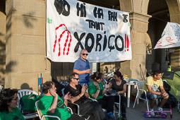 Acampada de la PAH Osona al BBVA de la plaça Fra Bernadí de Manlleu Dijous, 19 de juny. Cassolada davant l'oficina del BBVA.
