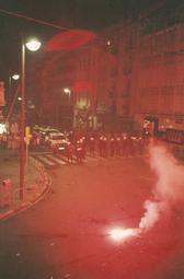Celebració de la victòria del Barça a la final de la Copa d'Europa de Wembley  Bengales i coets contra el desplegament dels Mossos d'Esquadra al carrer de Verdaguer.