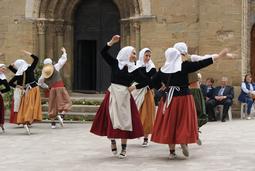 Actuació de l'Esbart Sant Genís a la festa d'homenatge a la vellesa de Santa Eugènia de Berga