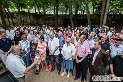 Lliurament de la insígnia d'or de Sant Julià de Vilatorta a Santi Riera