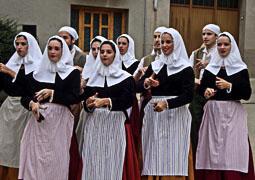 Festa Major de Sant Pere de Torelló 2014: actuació de l'Esbart Sant Genís