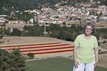 La senyera més gran del món a Santa Eulàlia de Riuprimer Montse Hoyas, una de les restauradores de la senyera.