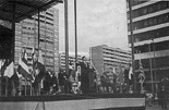 Josep Anglada, una vida accidentada, en imatges 12/10/1989. Intervenció de Josep Anglada al míting de la Comisión de Homenaje a la Bandera Española, a la plaça de l'Estació de Sants, de Barcelona, com a vicepresident provincial del Frente Nacional, al costat d'altres dirigents del seu partit i de Falange Española.