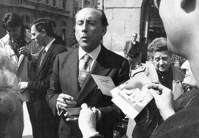 Josep Anglada, una vida accidentada, en imatges Febrer de 1992. Josep Anglada i José María Ruiz Mateos a la plaça Major de Vic. Foto: Arxiu la Marxa.