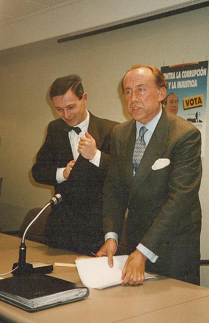 Josep Anglada, una vida accidentada, en imatges Febrer de 1992. Amb José María Ruiz Mateos a Vic, a l'auditòrium de Caixa Manlleu a Vic. Foto: MM.
